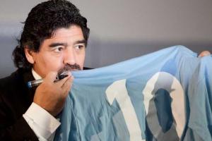 Maradona e la mitica maglia numero 10 del Napoli