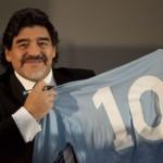Maradona mostra la maglia numero 10 del Napoli