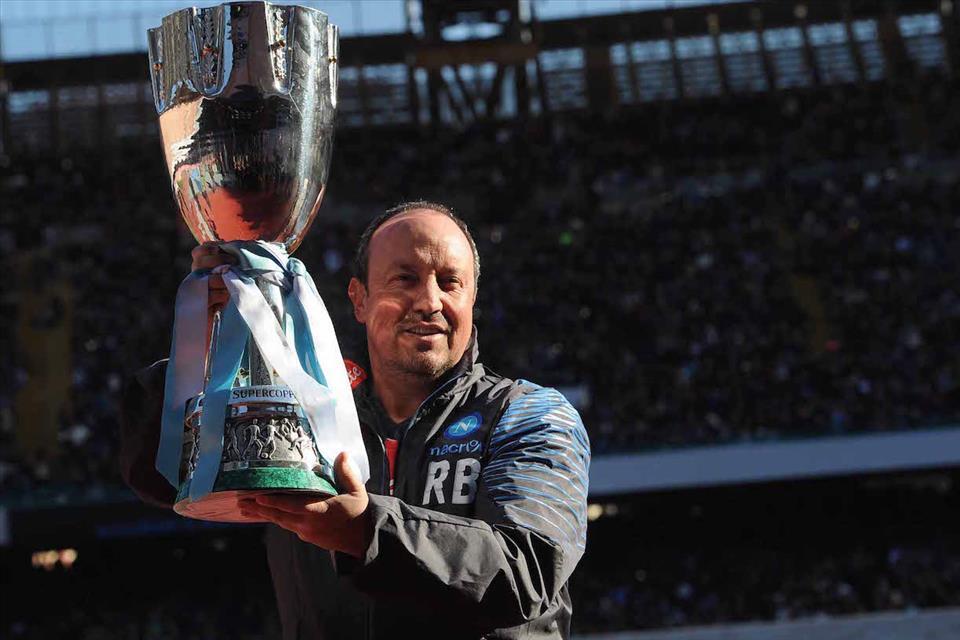 Benitez esibisce la Supercoppa TIM al San Paolo di Napoli