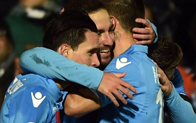 Higuain abbraccia Callejon e Mertens